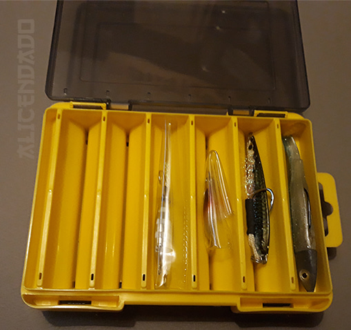 Caja de señuelos con black minnow de 90mm